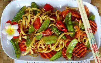 Photo of Breite Chinesische Eiernudeln Mit Gemüse Und Austernsauce